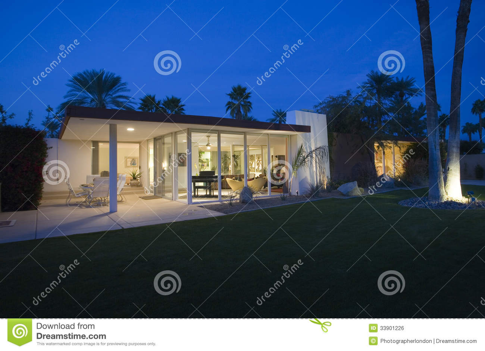 Modernes Haus außen nachts stockfoto. Bild von architektur - 33901226