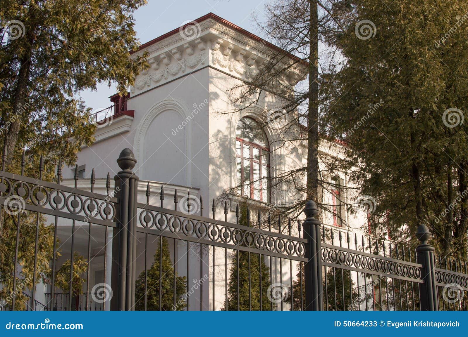 Modernes Haus Hinter Zaun Stockbild Bild Von Cozy Gebaude 50664233