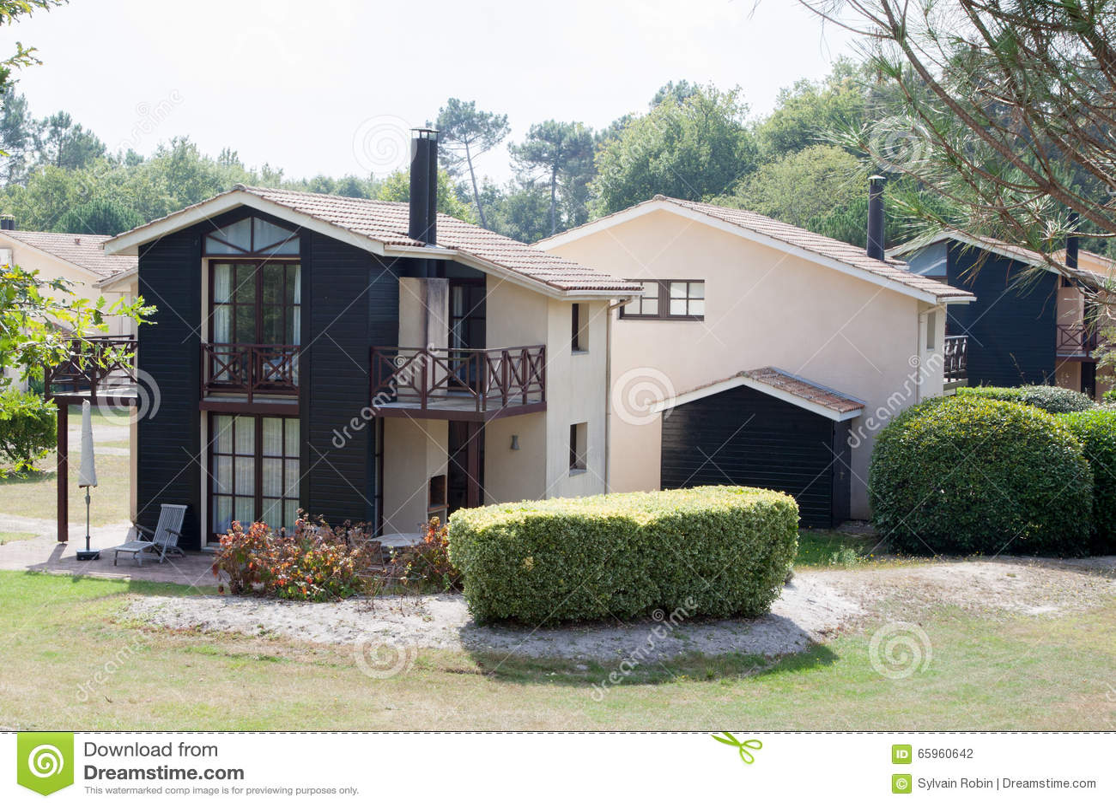 Modernes Haus Im Zement Und Im Holz, Ansicht Vom Garten Stockfoto ...