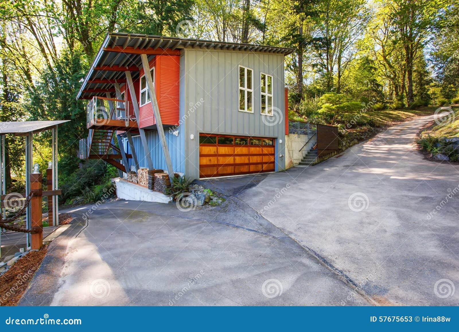 Modernes Haus Mit Garage Und Einem Seeblick Stockbild Bild Von