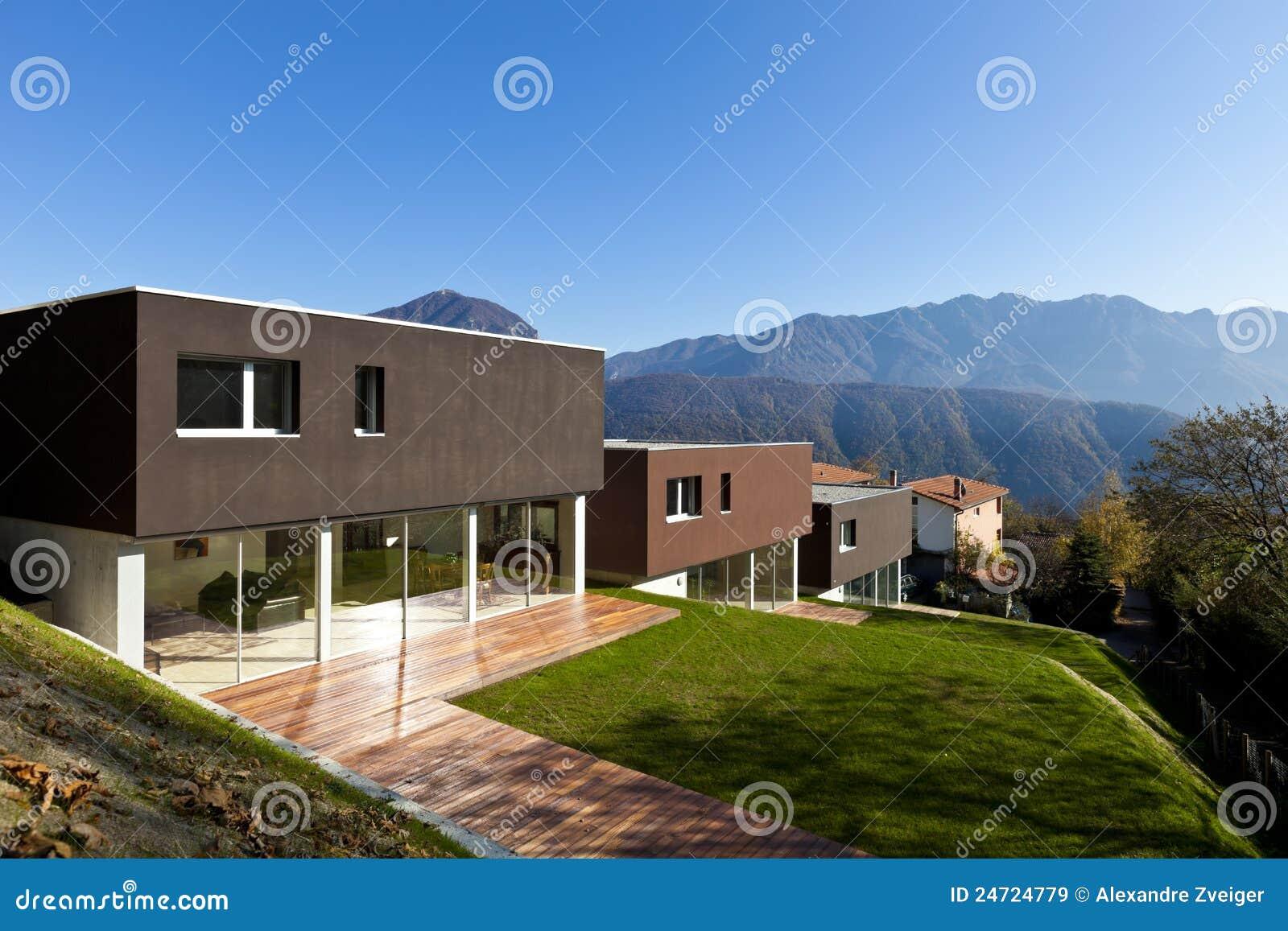 Modernes haus mit garten stockbild bild von bunt wohnung for Modernes haus mit holzfenster