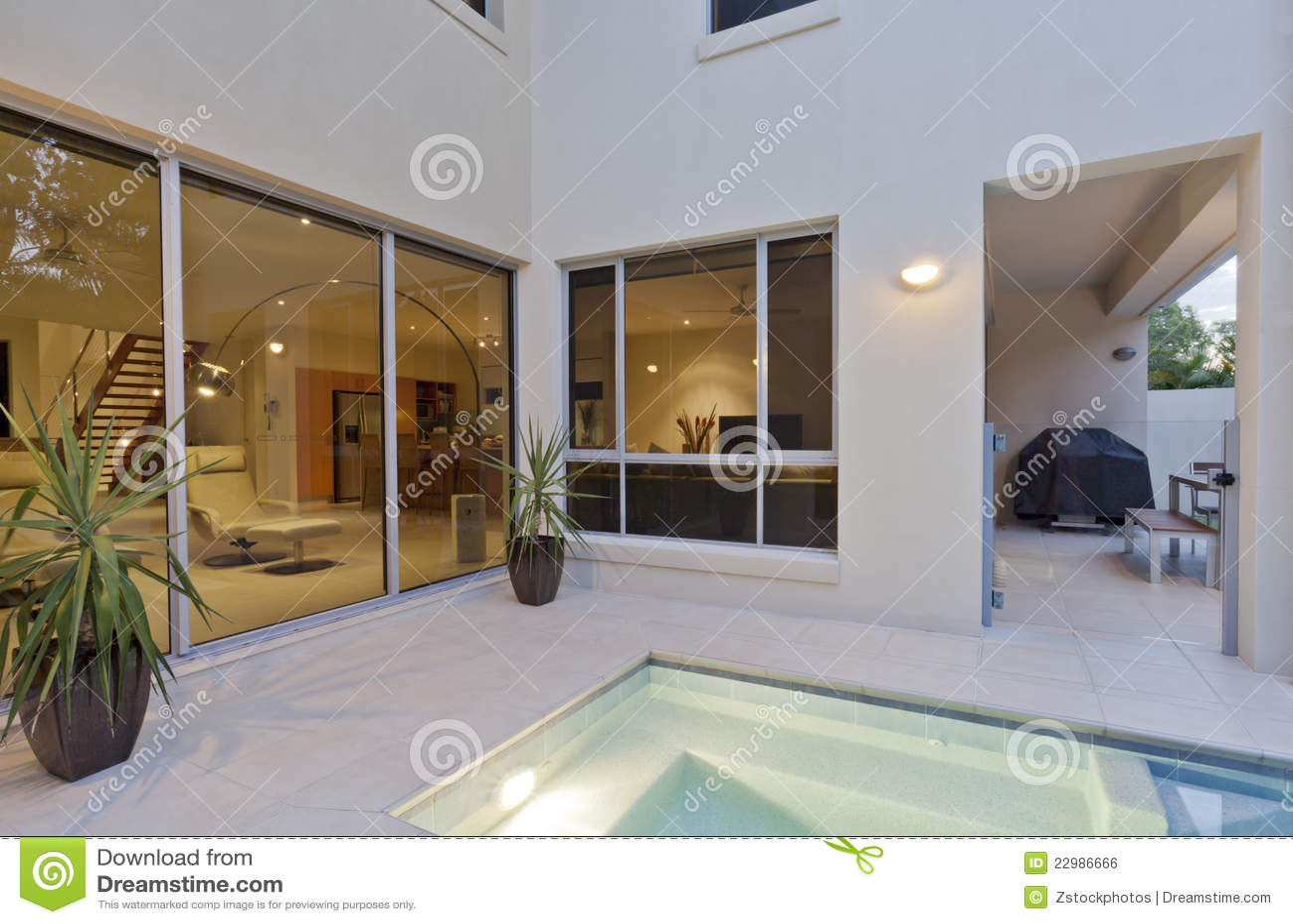 Modernes Haus Mit Wohnzimmer Und Hinterhof Stockfoto - Bild von weiß ...