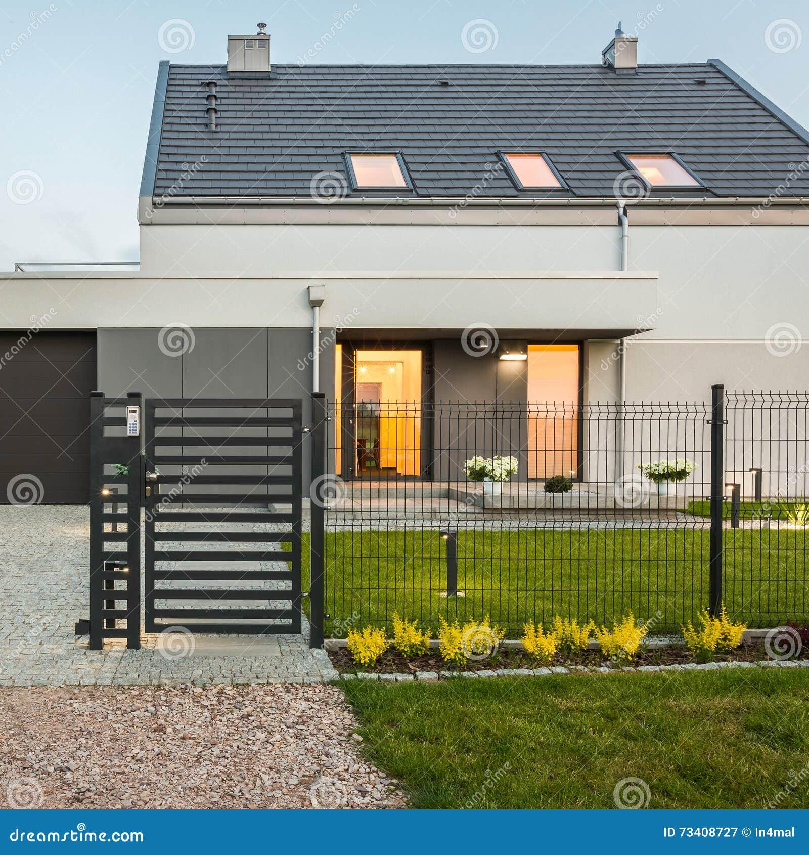 Modernes Haus Mit Zaun Archivbilder Abgabe Des Download 288 Geben