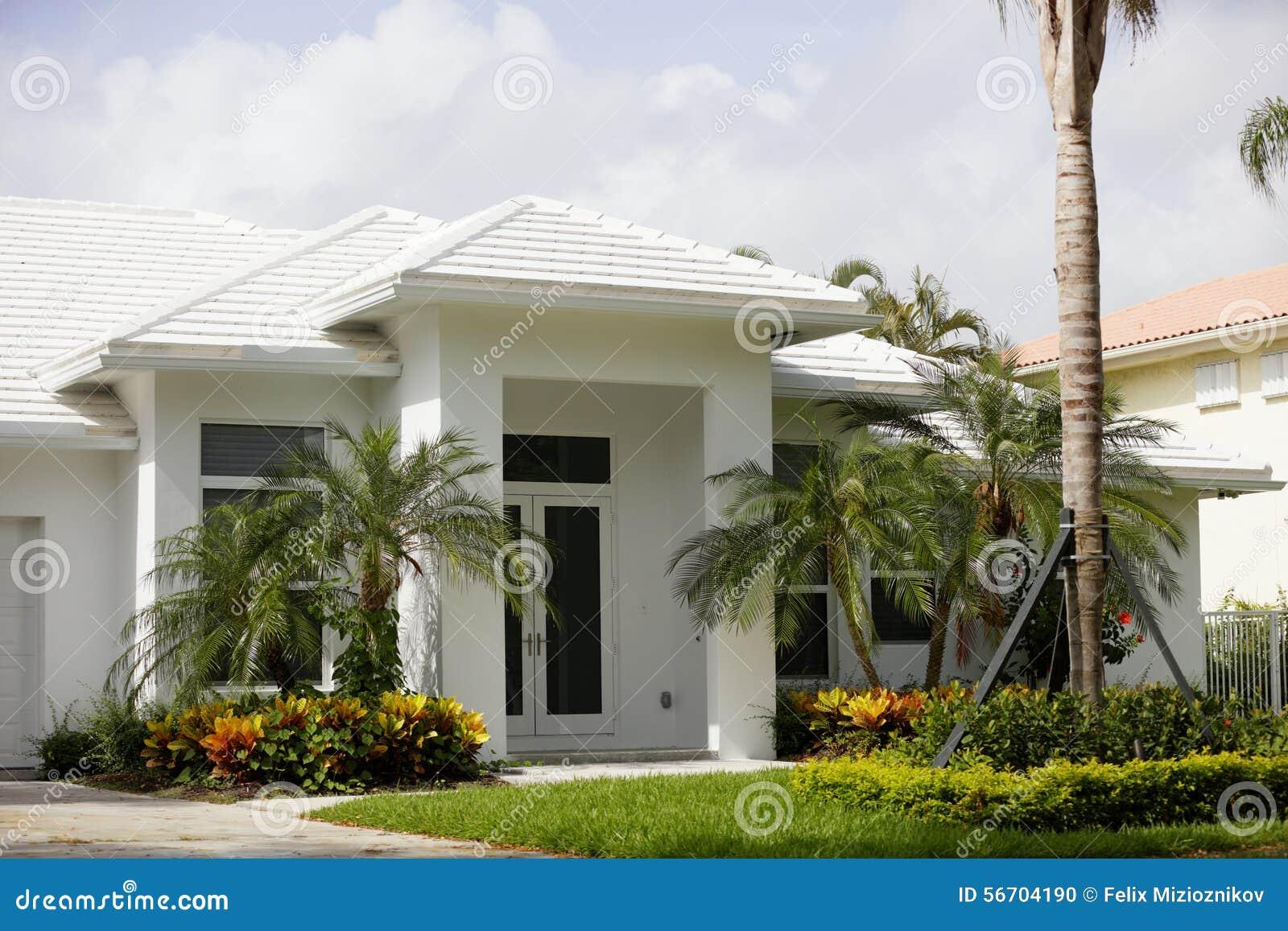 Modernes Haus weiß gemalt stockfoto. Bild von haupt, wohn - 56704190