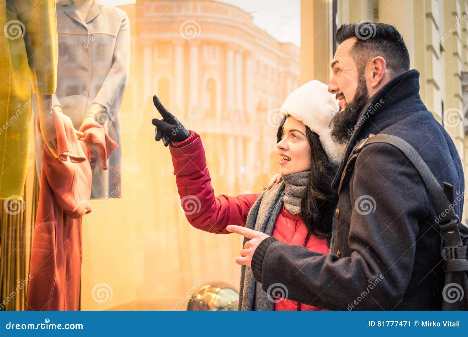 Modernes Hippie-Paareinkaufen Auf Dem Winterstoff, Der Moda Sto ...