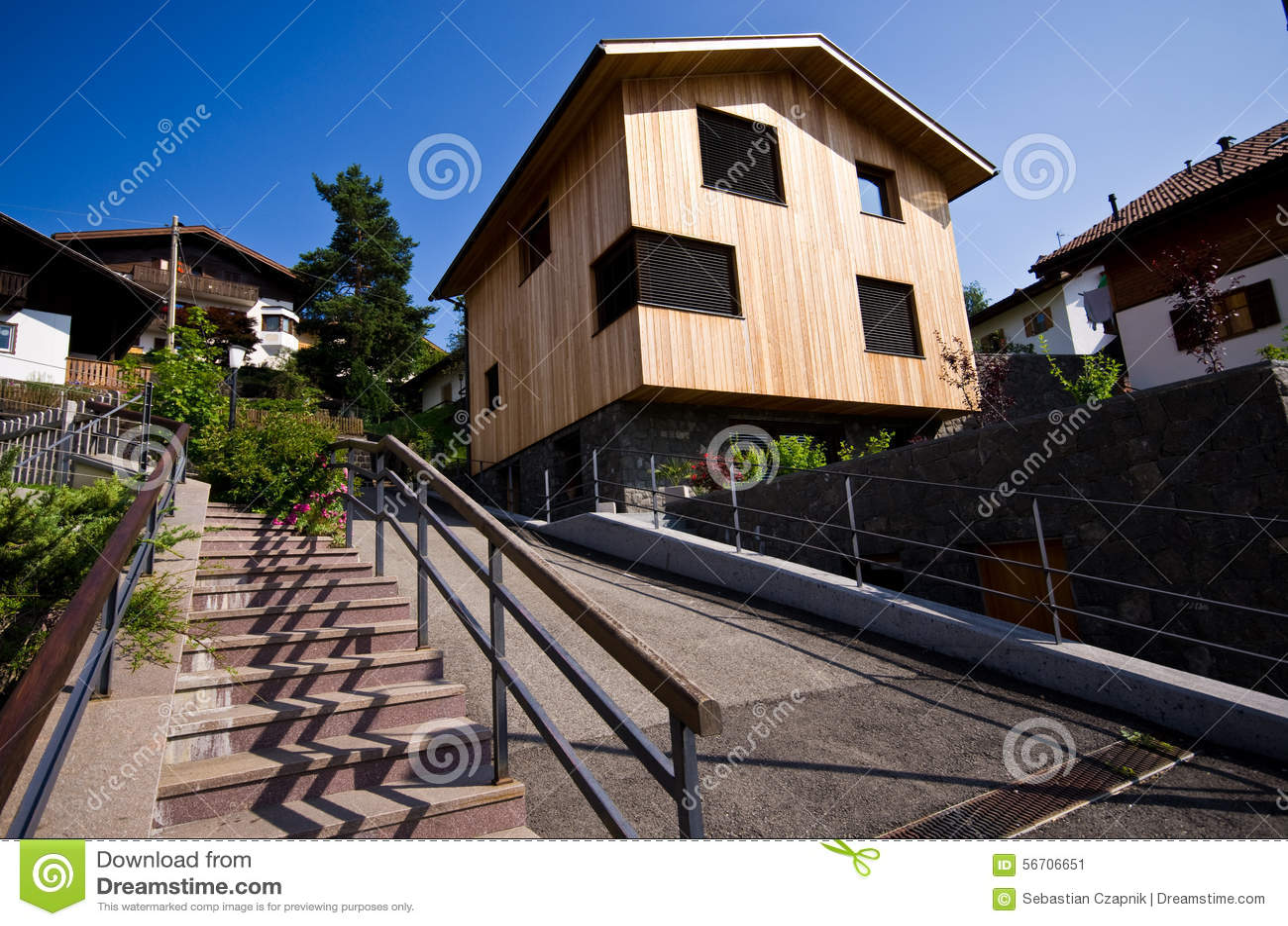 Modernes holzhaus in den italienischen alpen stockfoto for Modernes holzhaus