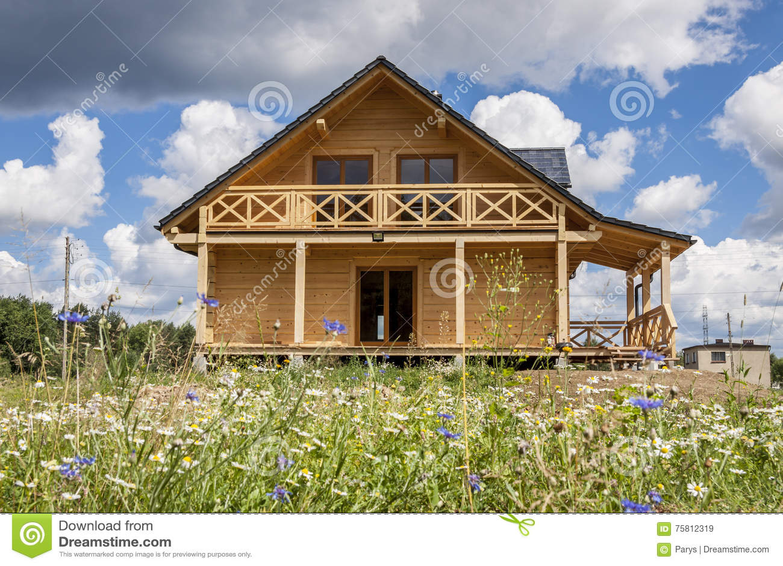 Modernes Holzhaus in Polen stockbild. Bild von sommer - 75812319