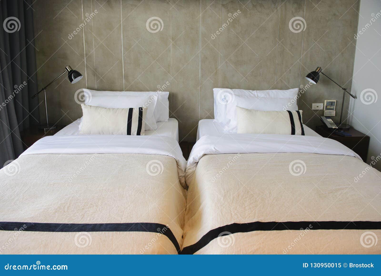 Modernes Hotelzimmer mit Doppelbetten und Kopienraum