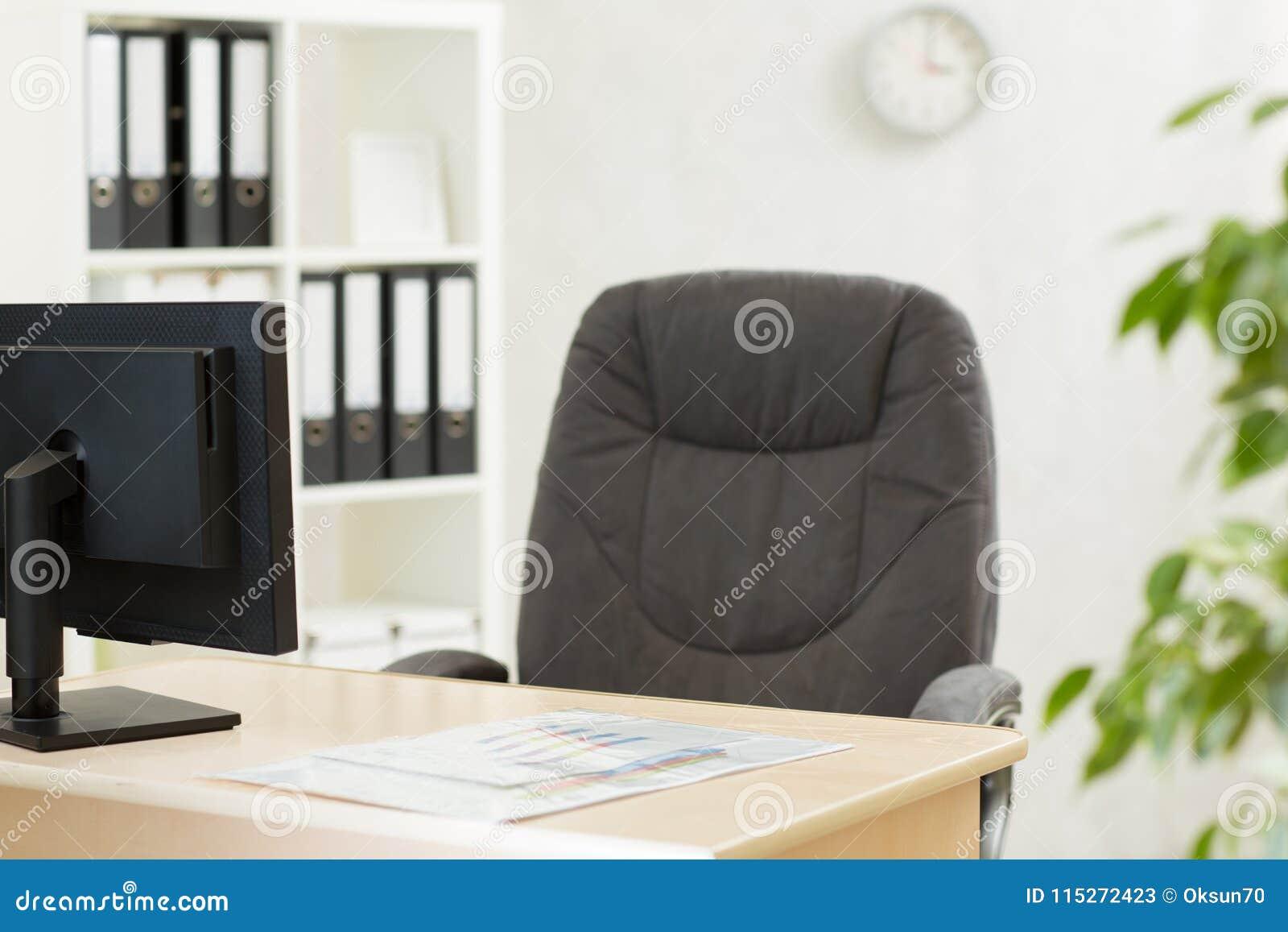 Modernes Innenbüro Arbeitsplatz Mit Computer Im Büro Stockbild ...