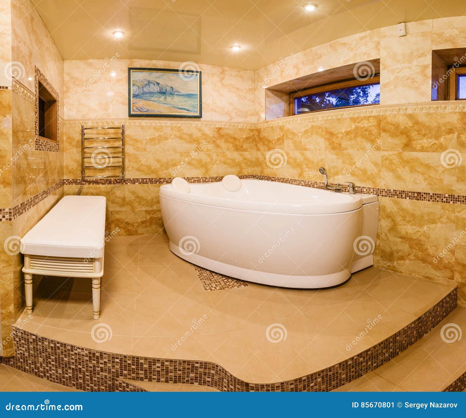 Modernes Innenhaus, Badezimmer Mit Marmorfliesen Und Jacuzzi ...