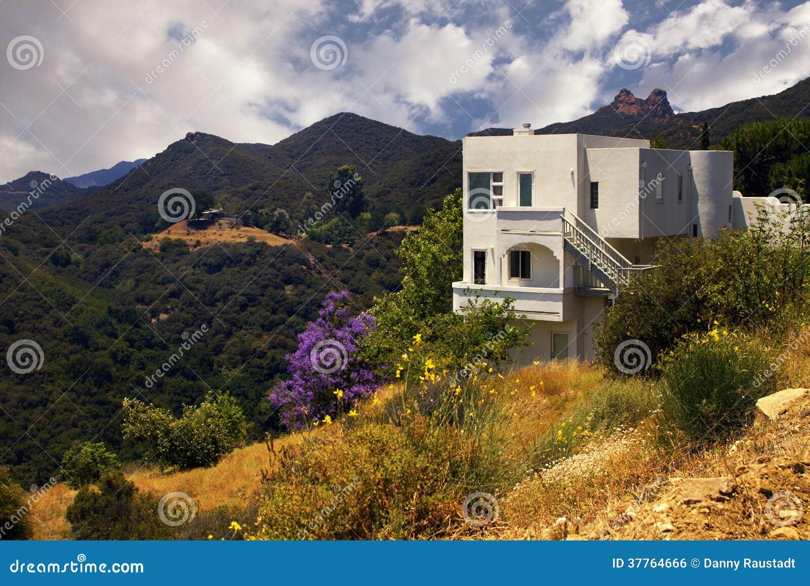 Modernes kalifornien traumhaus in den bergen lizenzfreies for Modernes traumhaus