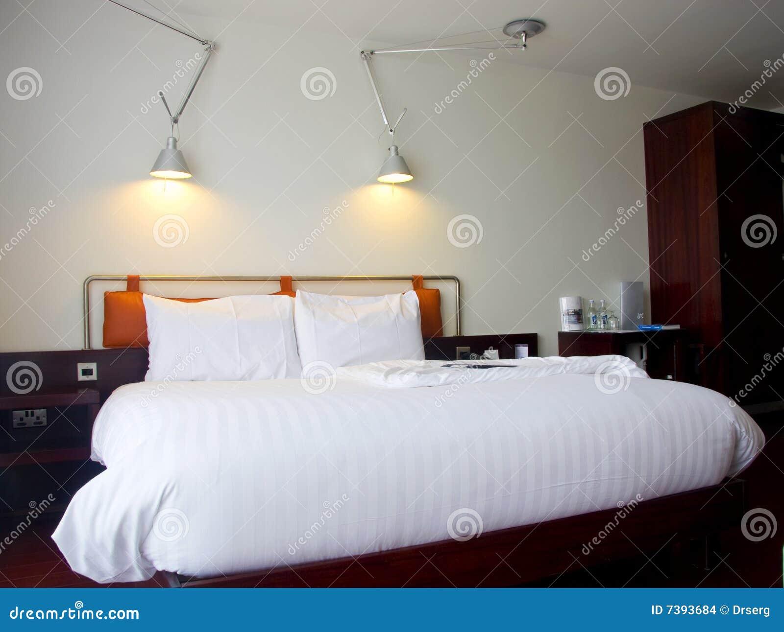 Modernes king size bett mit lampen stockbilder bild 7393684 for Lampen 4 you