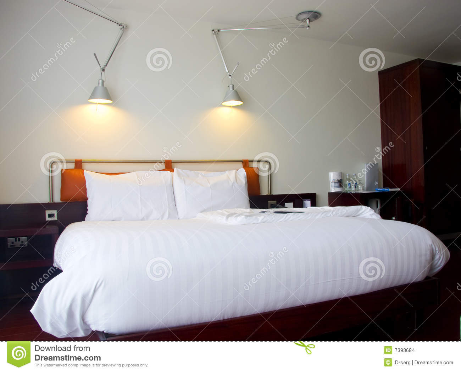 modernes king size bett mit lampen stockbilder bild 7393684. Black Bedroom Furniture Sets. Home Design Ideas