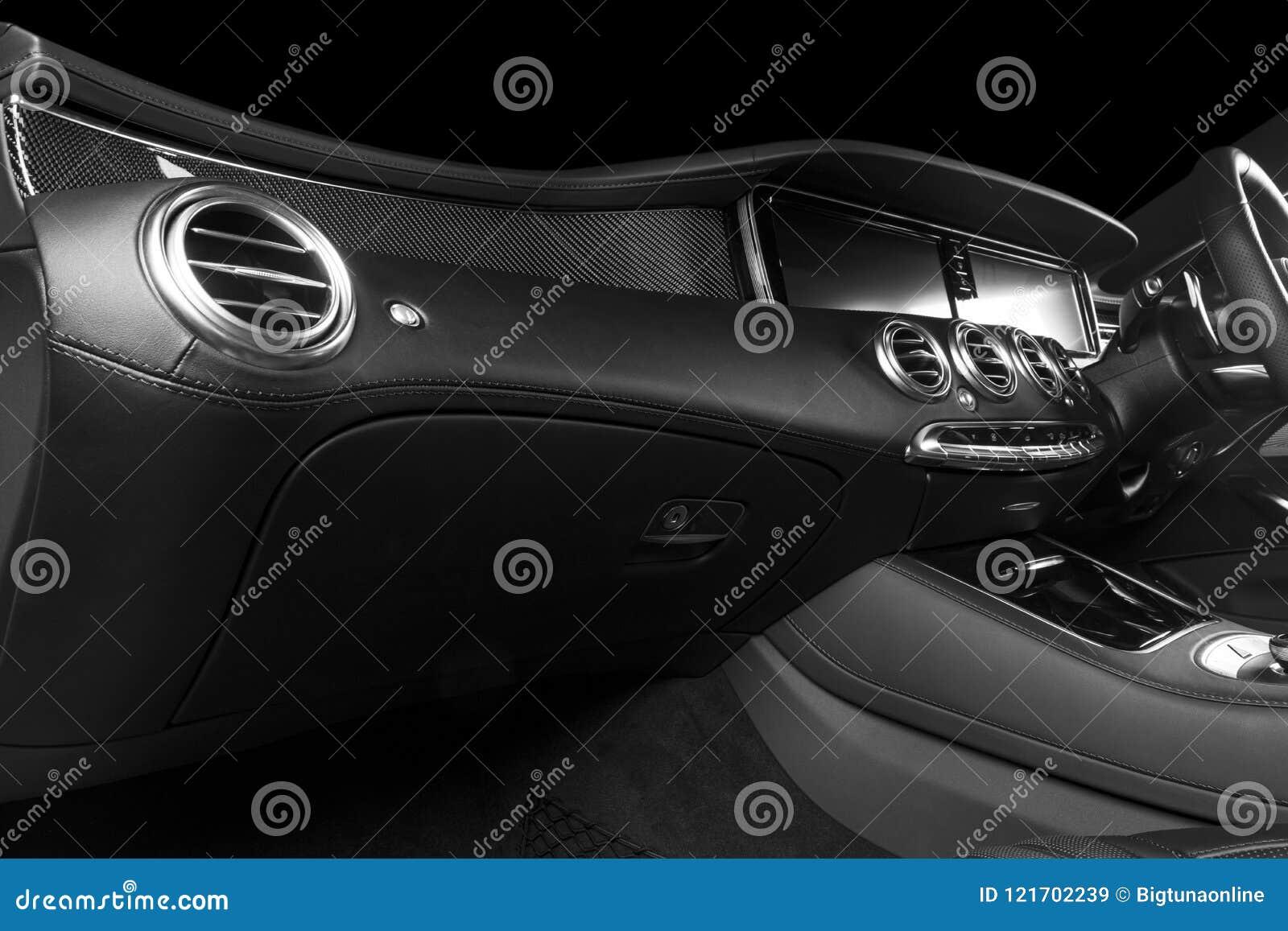 Modernes Luxusauto nach innen Innenraum eines modernen Autos Bequeme Ledersitze Perforiertes ledernes Cockpit Lenkrad und Schlag
