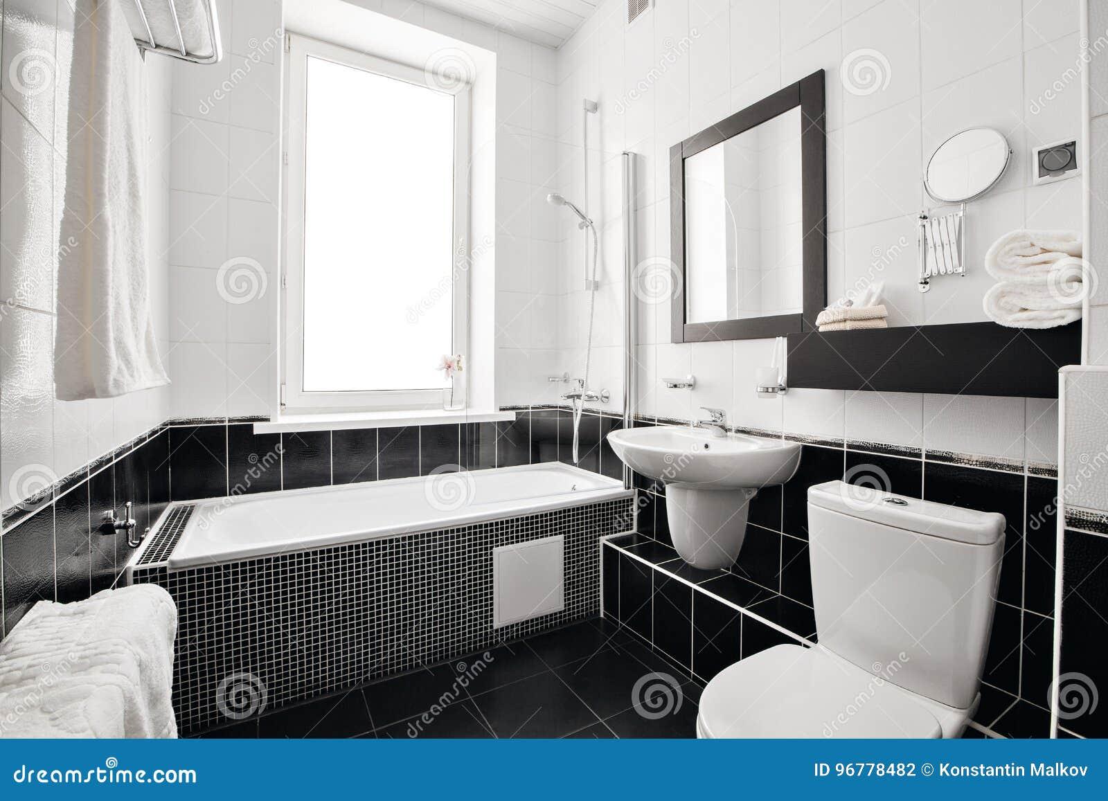 Download Modernes Luxusbadezimmer Mit Badewanne Und Fenster Wiedergabe 3D  Büroräume Stockfoto   Bild Von Fußboden,