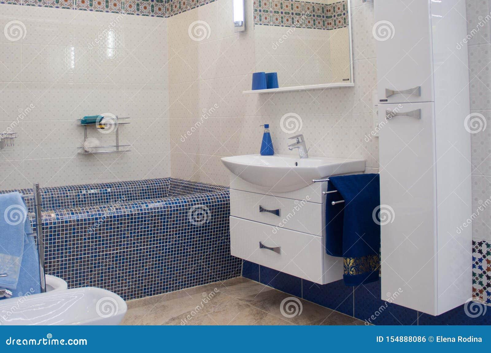 Modernes Luxusbadezimmer mit großer Badewanne und Mosaikfliesen
