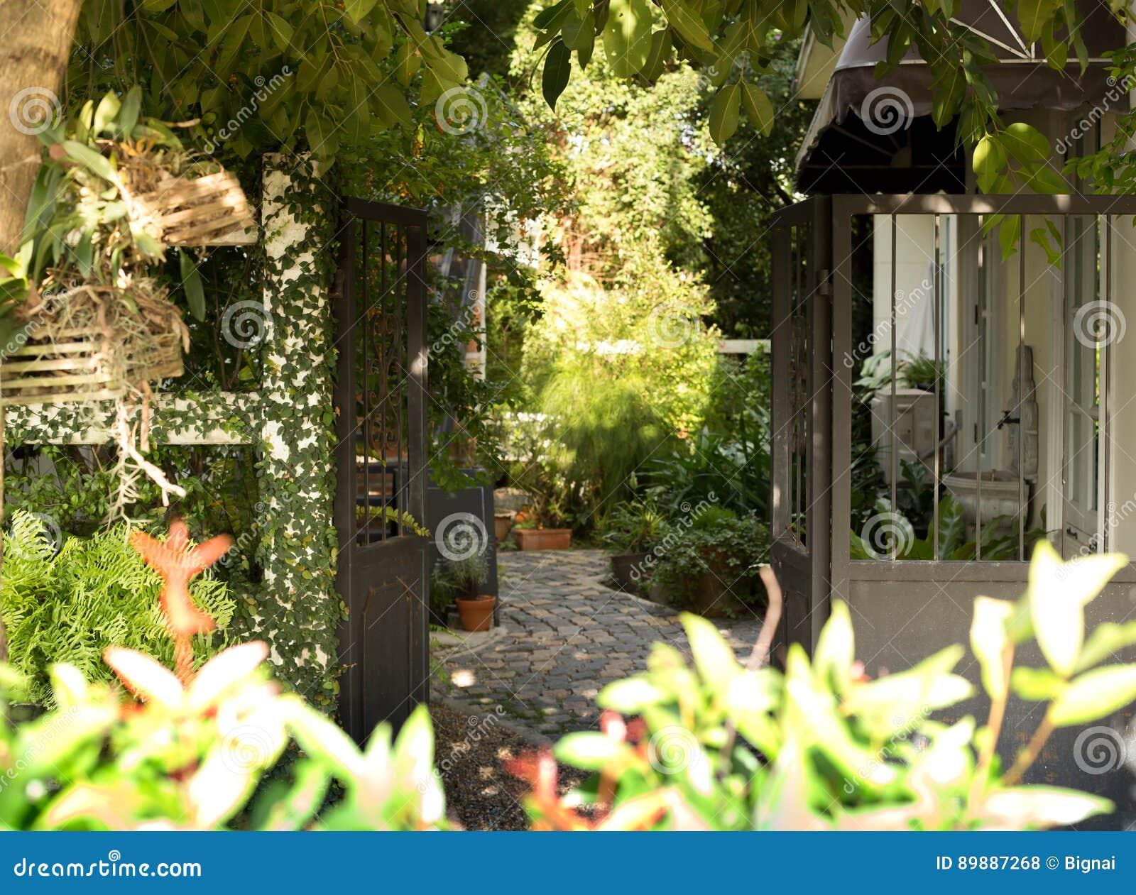 Modernes Metalltor Und Schöner Grüner Garten Stockfoto Bild Von