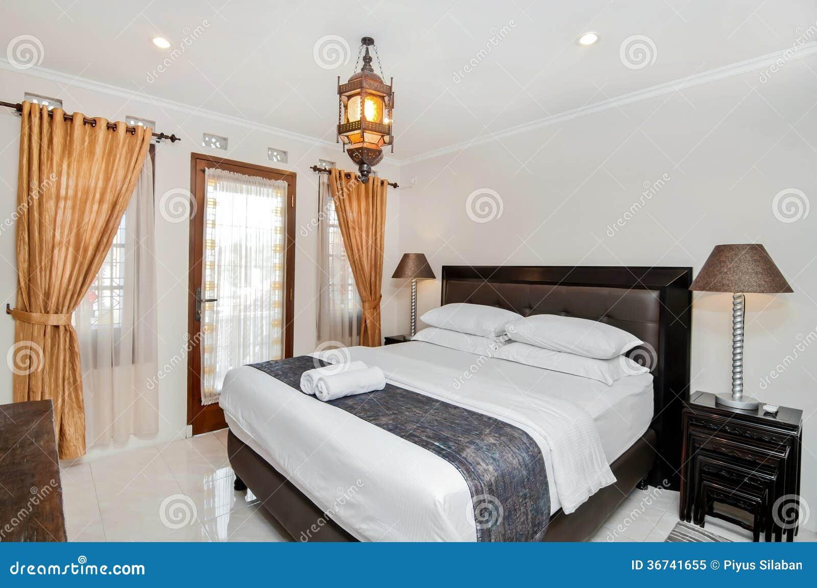 Modernes, Nizza Und Kühles Schlafzimmer Stockbild - Bild von kissen ...