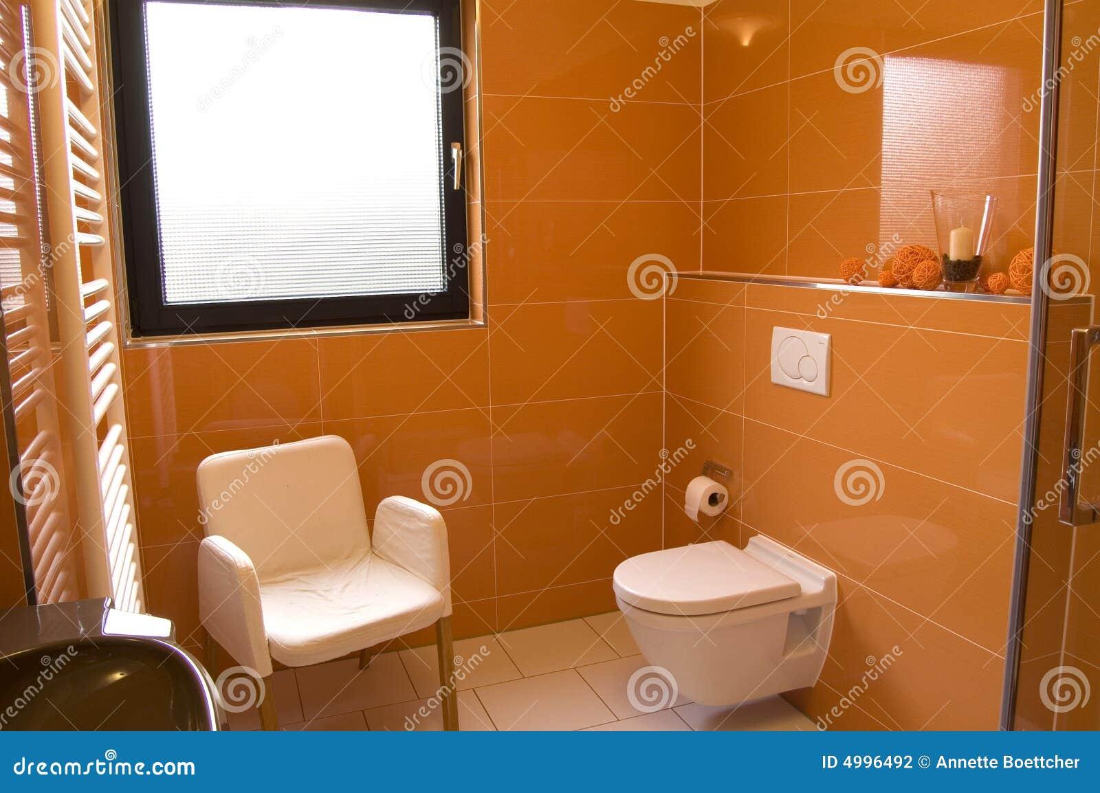 Modernes orange Badezimmer stockfoto. Bild von haus, waschraum - 4996492