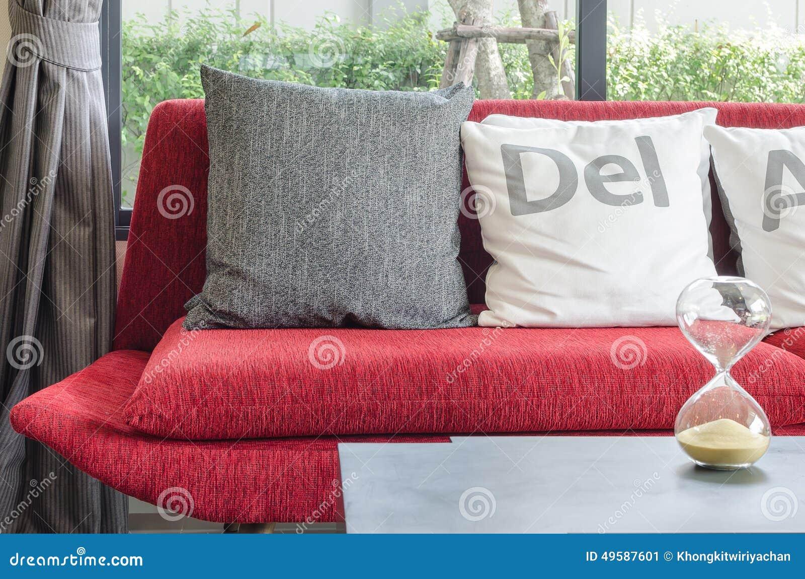 modernes rotes sofa mit kissen im wohnzimmer stockfoto - bild, Hause ideen