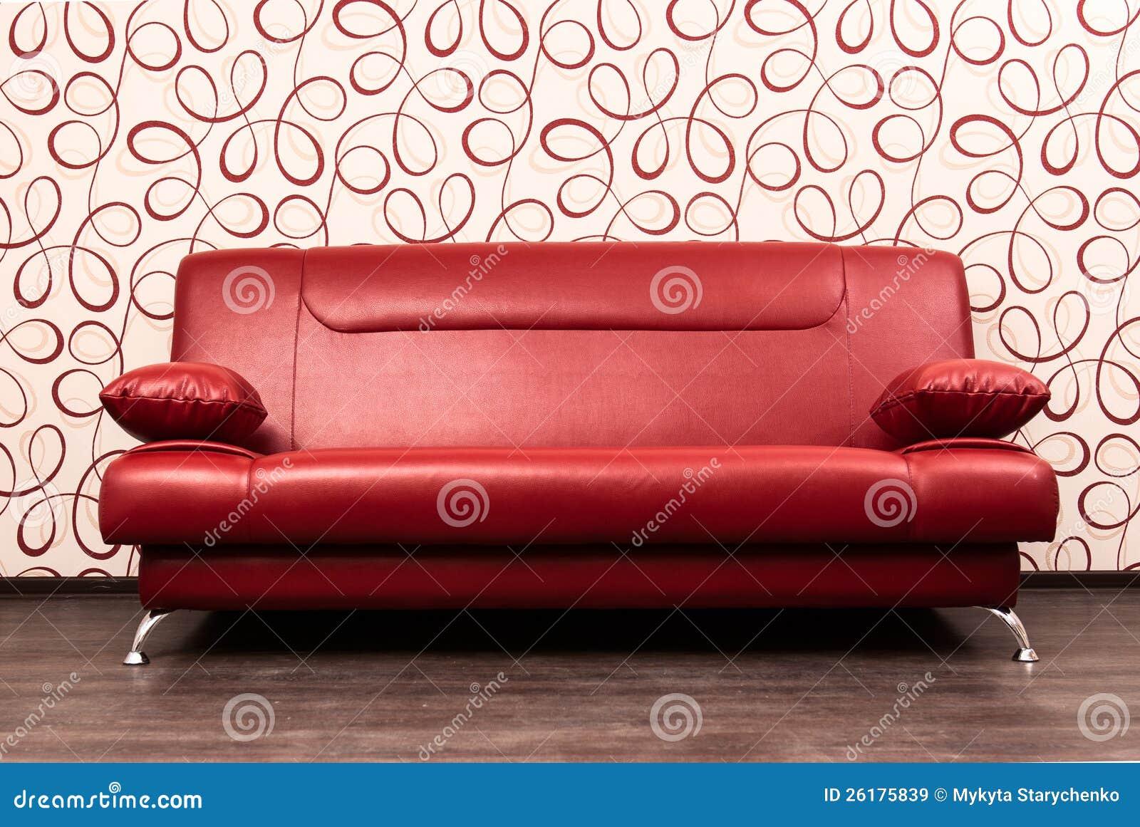 modernes rotes sofa vor der wand lizenzfreie stockbilder bild 26175839. Black Bedroom Furniture Sets. Home Design Ideas