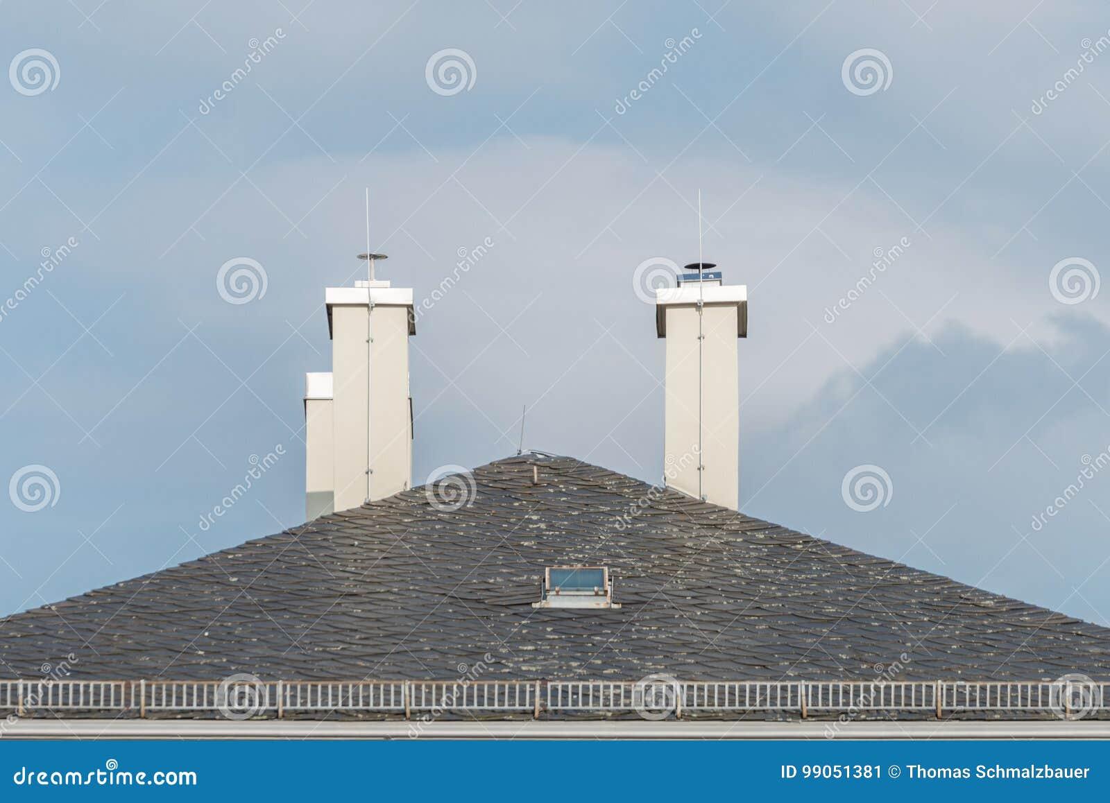 Modernes Schindelhaus Mit Kamin Und Blitzableiter Stockbild Bild