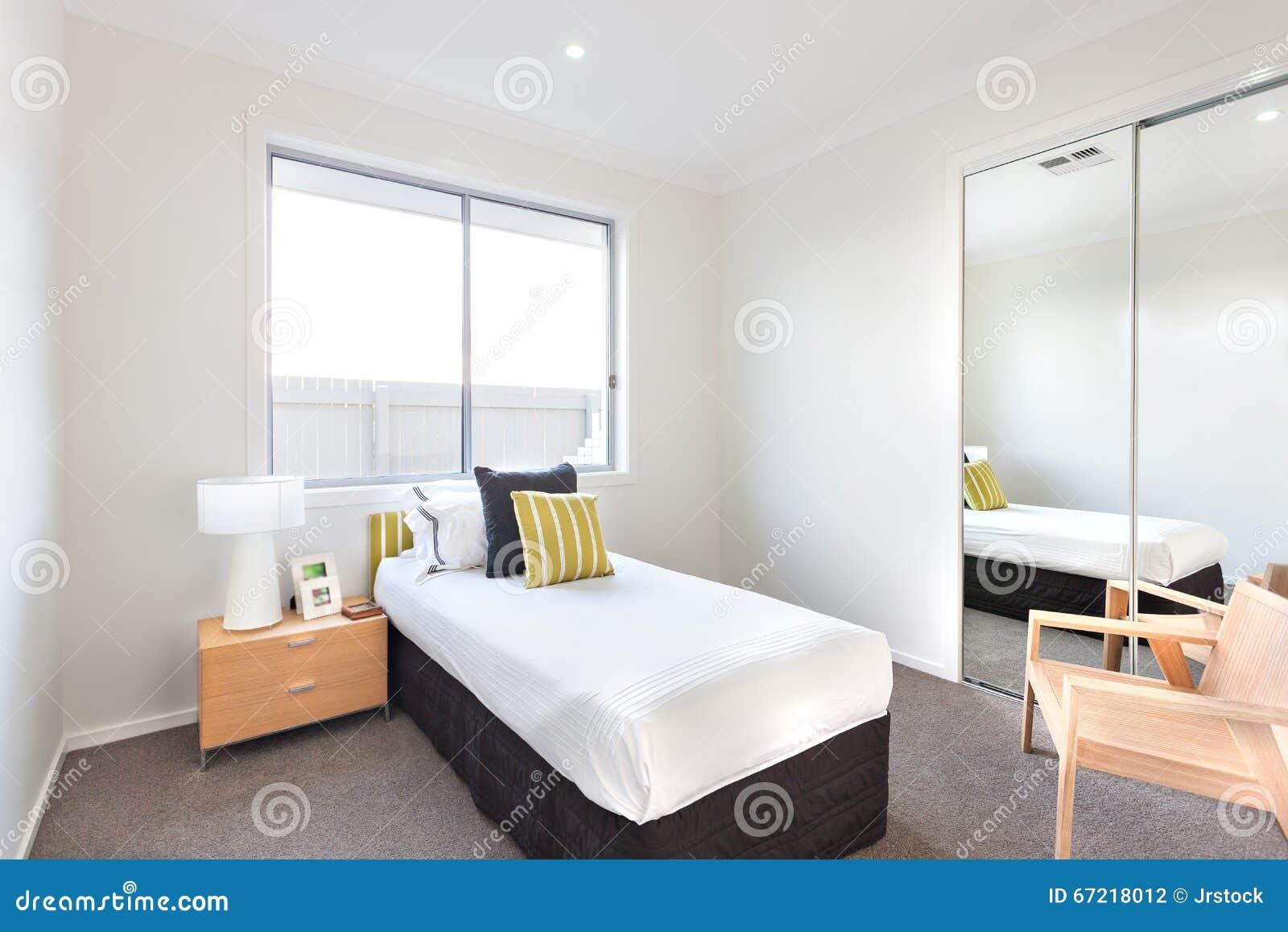 Download Modernes Schlafzimmer Mit Einem Einzelbett Und Weiße Blätter Nahe  Einem Spiegel Stockfoto   Bild Von