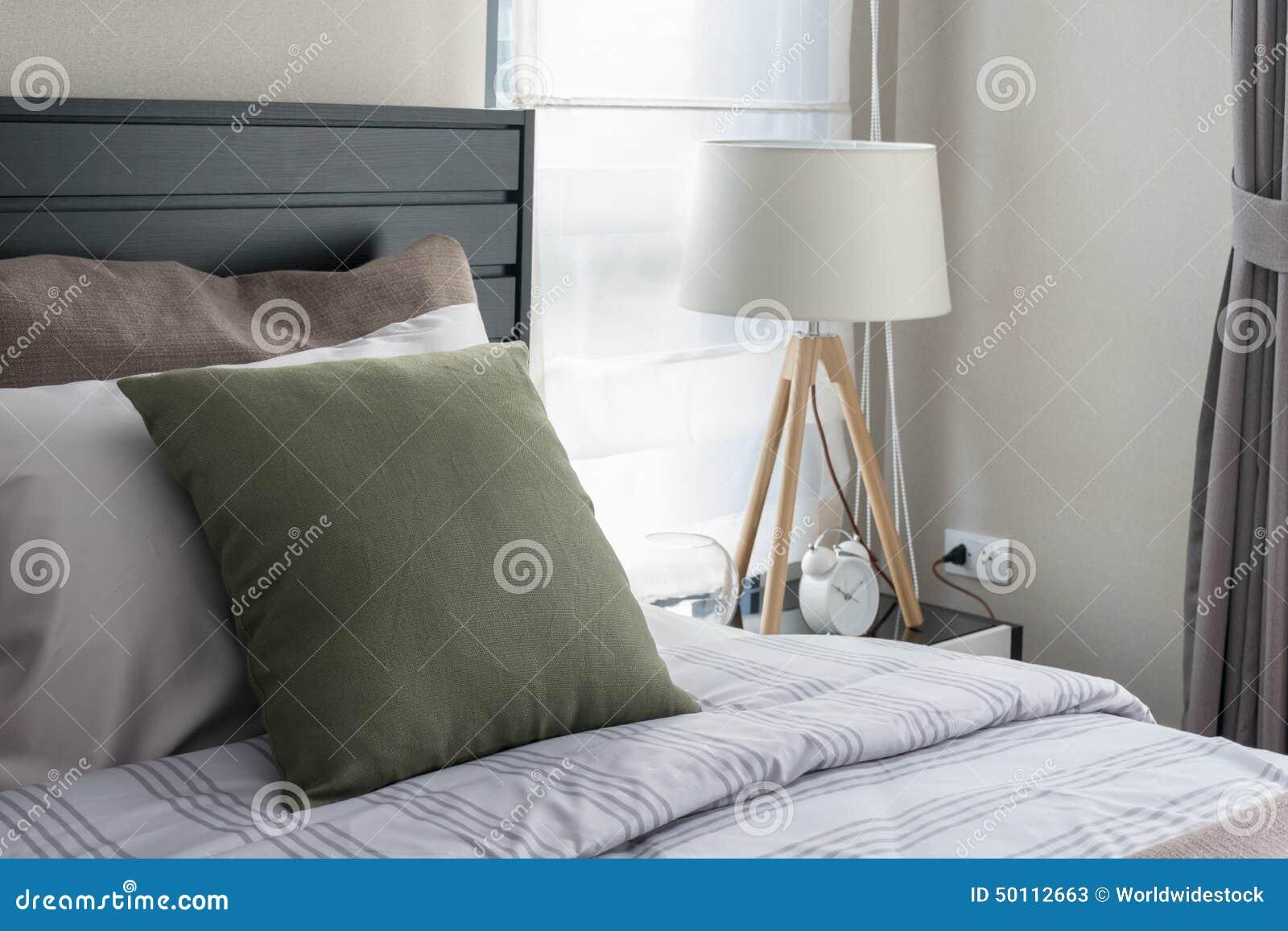 Modernes Schlafzimmer Mit Grünem Kissen Stockbild - Bild von leuchte ...