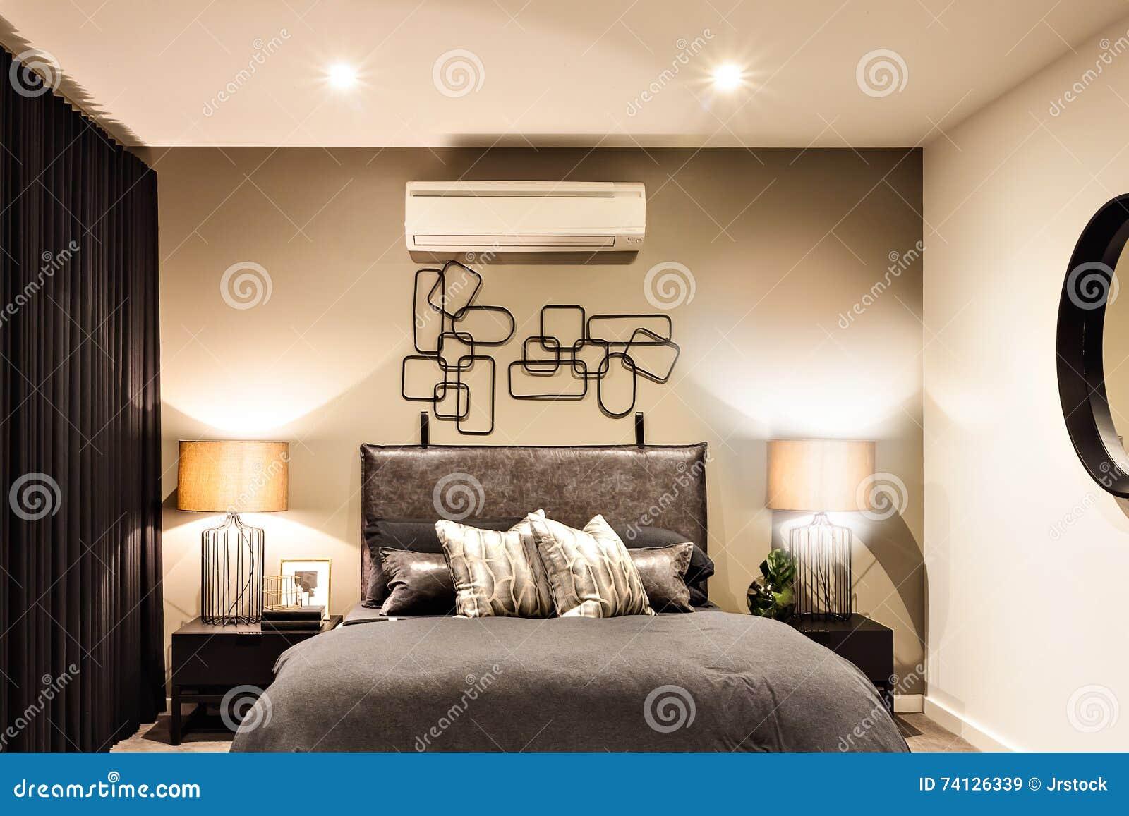 Modernes Schlafzimmer Mit Klimaanlage In Einem Luxushaus Stockbild ...