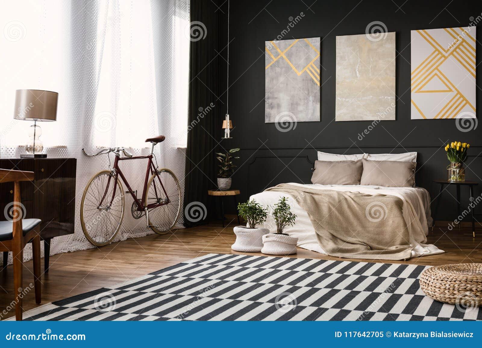 Modernes Schlafzimmer mit schwarzer Wand
