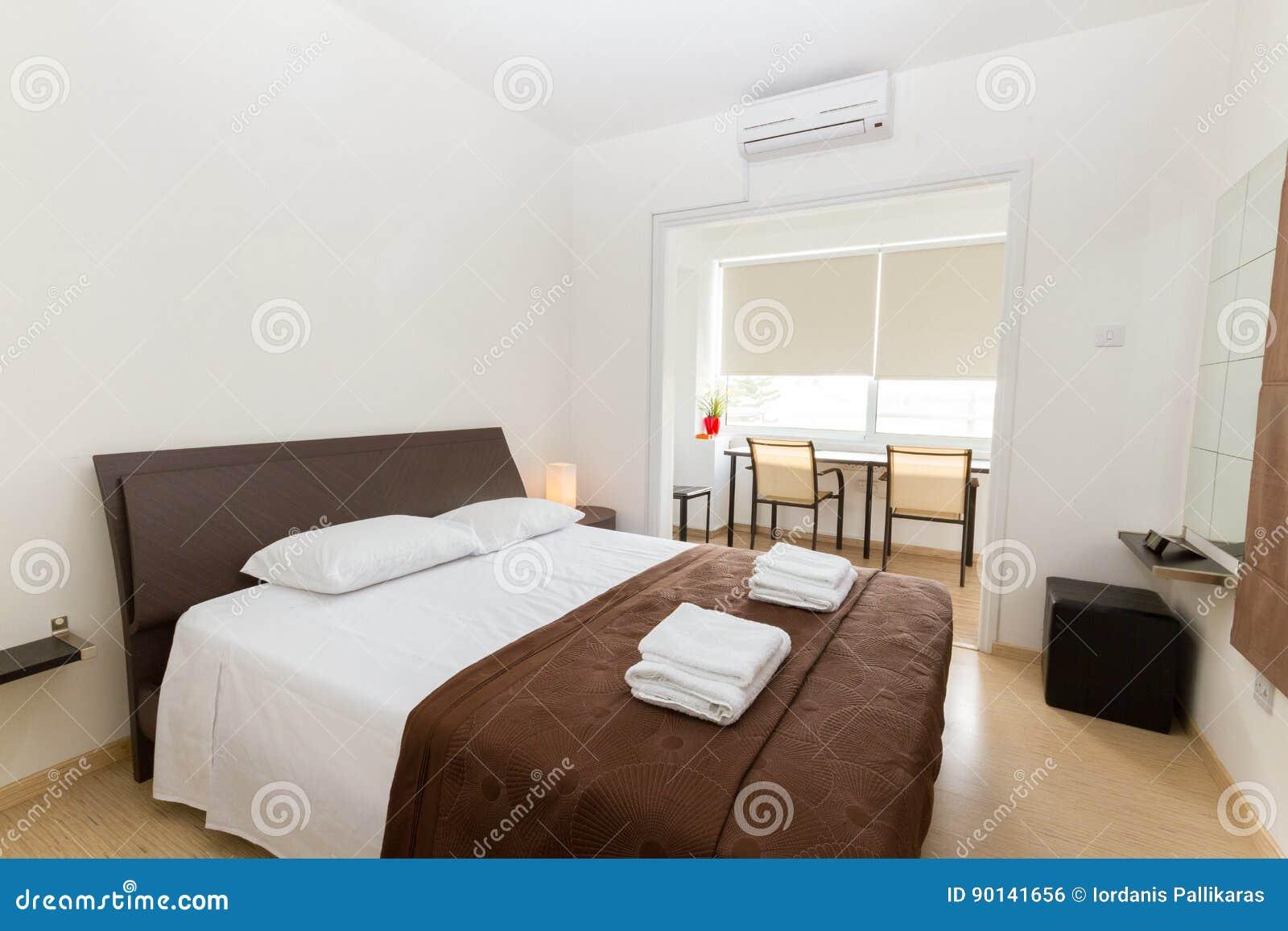 Modernes Schlafzimmer In Wenge Und In Den Weißen Farben Stockfoto ...