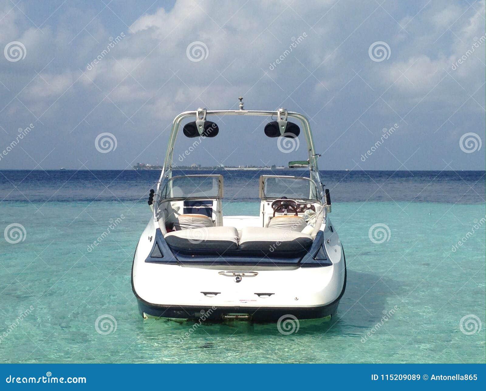 Modernes Schnellboot in der Lagune von Tropeninsel im Indischen Ozean, Malediven