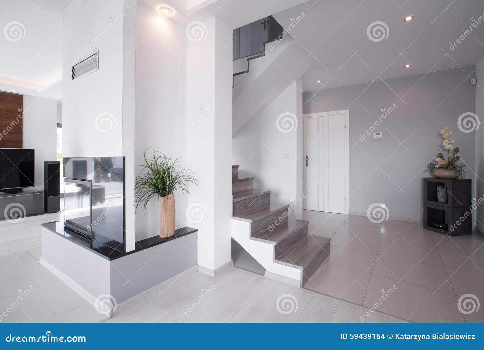 Modernes Treppenhaus Im Stilvollen Haus Stockfoto Bild Von Haus