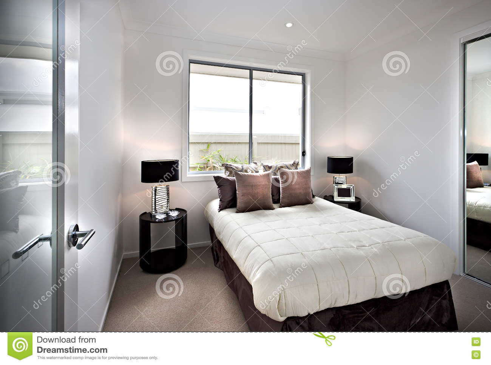 Modernes und klassisches Schlafzimmer mit Fenstern und Lampen