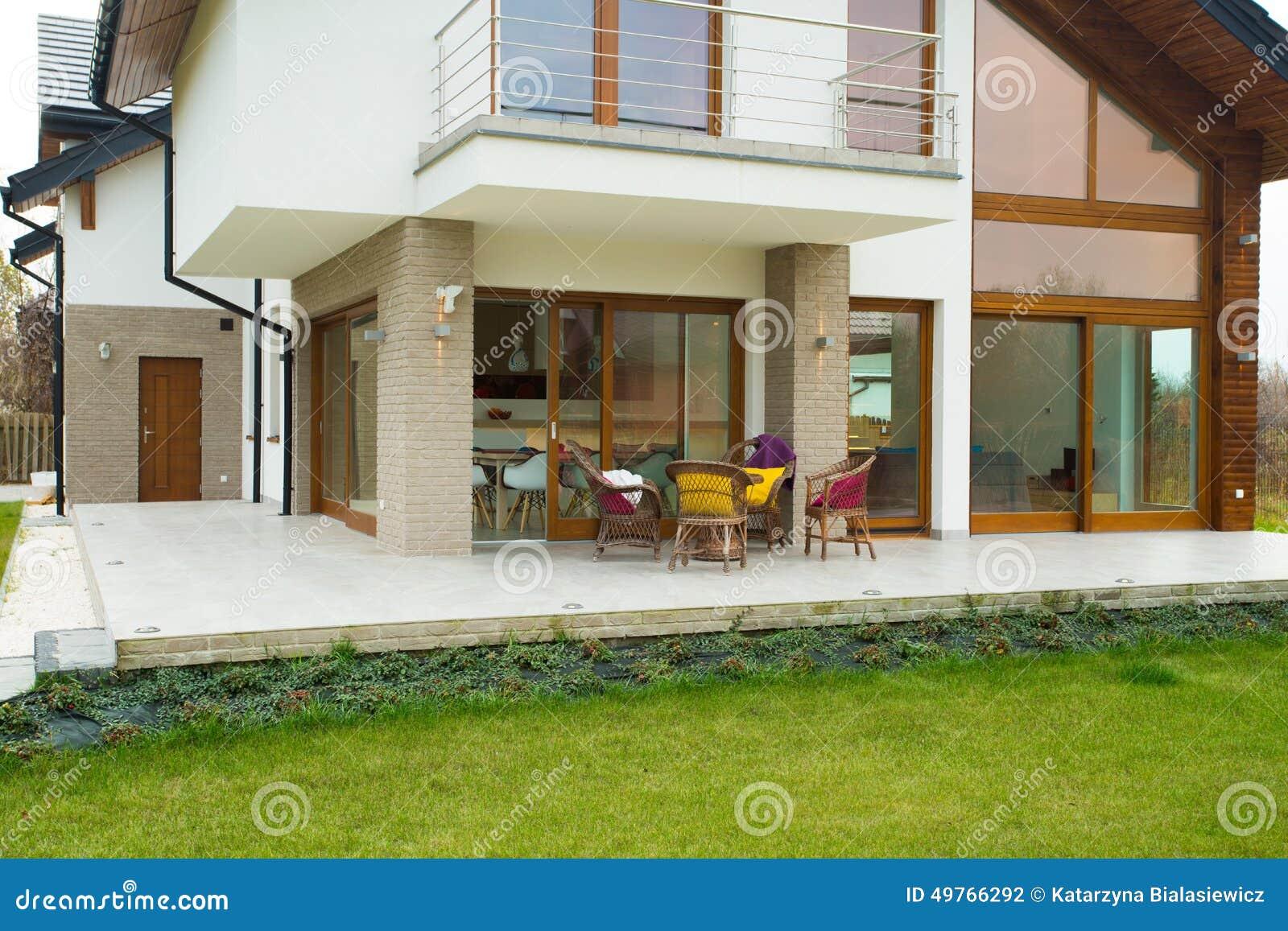 modernes und teures haus mit terrasse stockfoto bild von. Black Bedroom Furniture Sets. Home Design Ideas