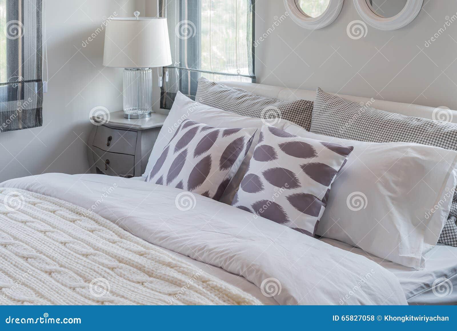 Modernes Weißes Schlafzimmer Mit Weißem Bett Und Weißer Lampe ...