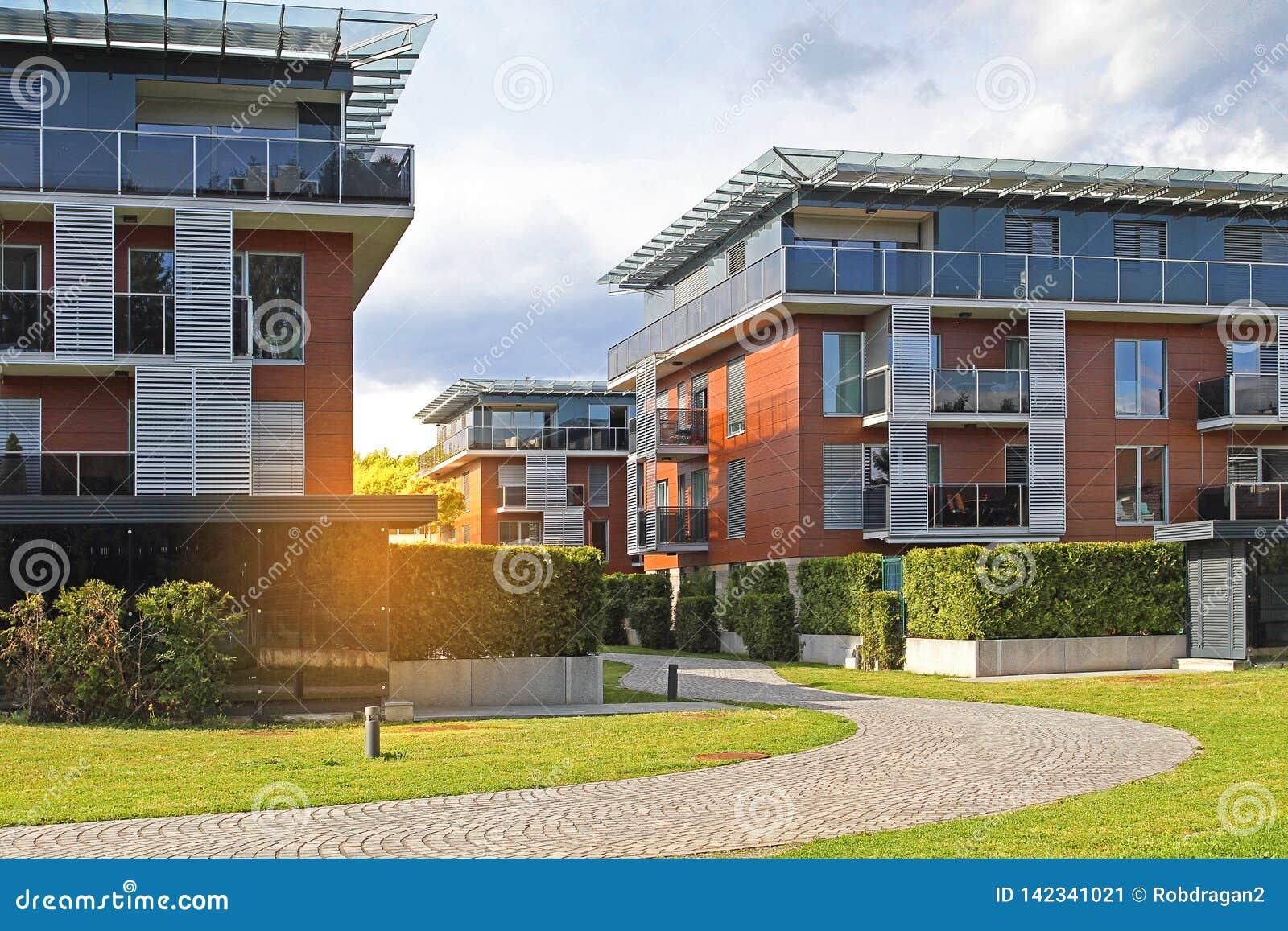 Modernes Wohngebiet mit Apartmenthäusern, Gebäude in einer neuen Stadtentwicklung