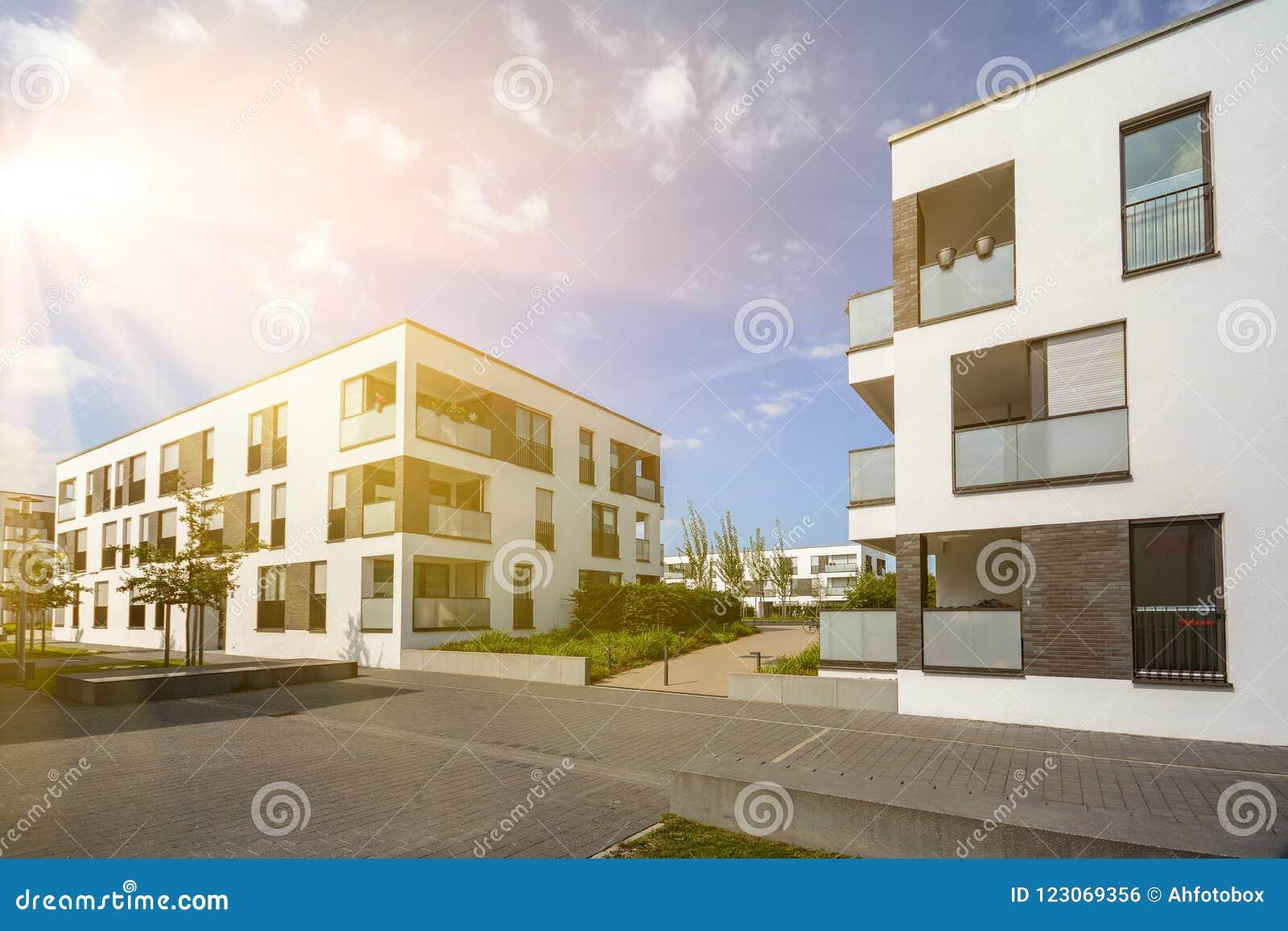 Modernes Wohngebiet mit Wohngebäuden in einer neuen Stadtentwicklung