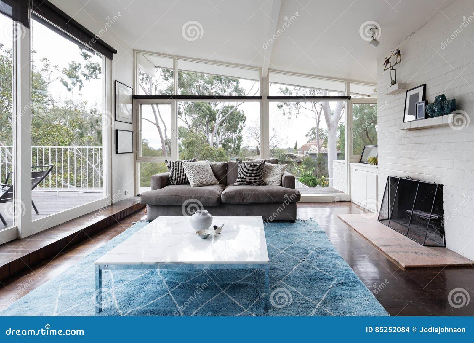 Modernes Wohnzimmer Der Mitte Des Jahrhunderts Mit Den Enormen Fenstern,  Zum Des Tre Anzusehen