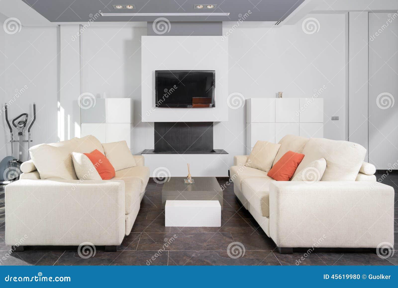 Modernes Wohnzimmer Im Weiß Stockfoto - Bild von vermindern, hoch ...