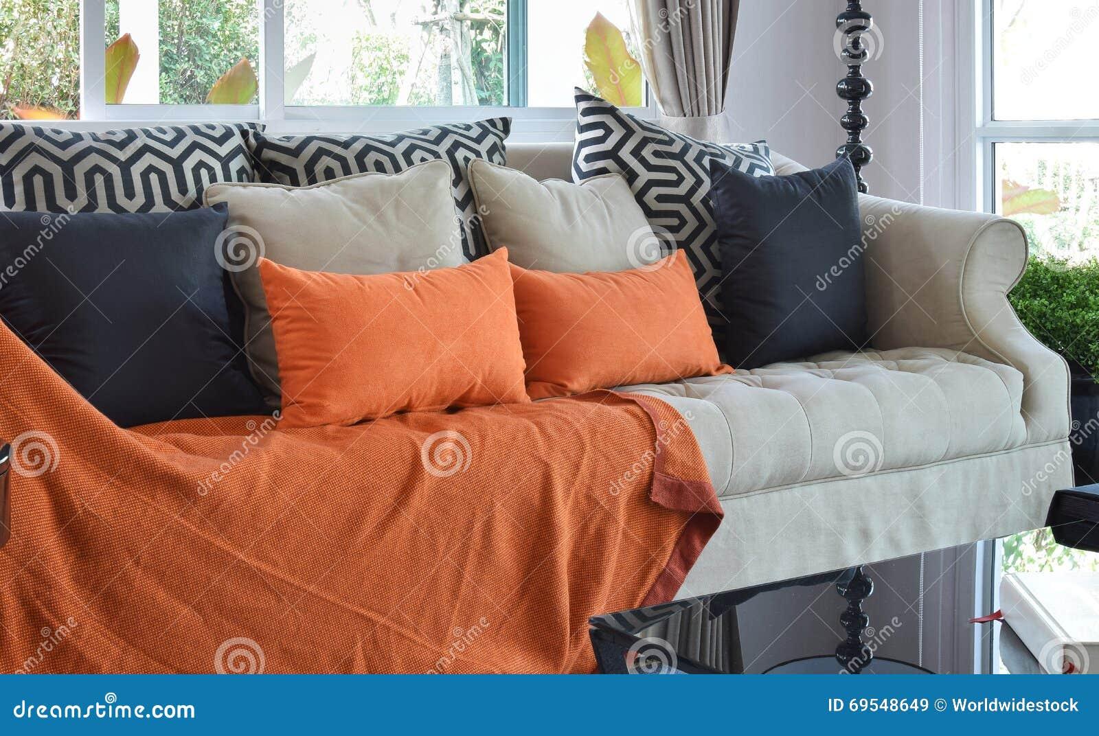 Modernes Wohnzimmer Mit Braunen Und Orange Sofa Den Kissen