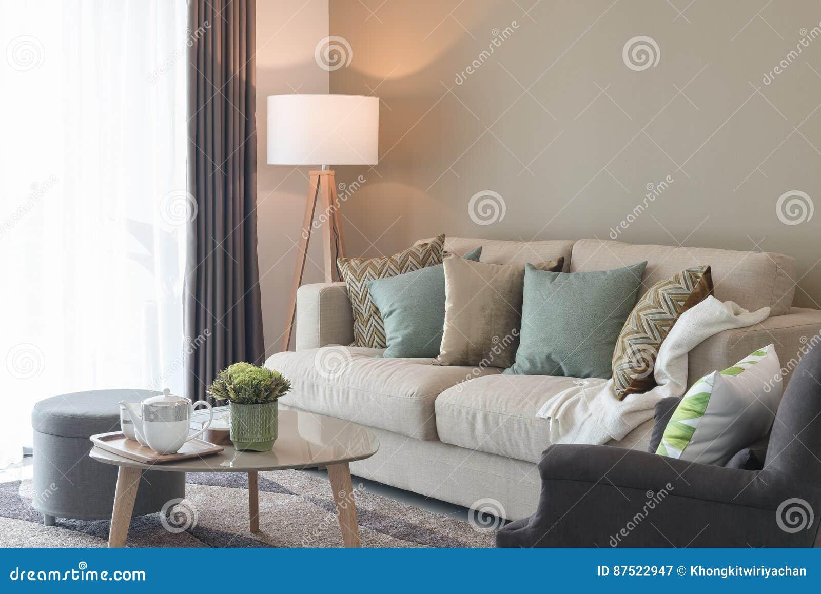 Modernes Wohnzimmer Mit Grunen Kissen Auf Gemutlichem Sofa Und