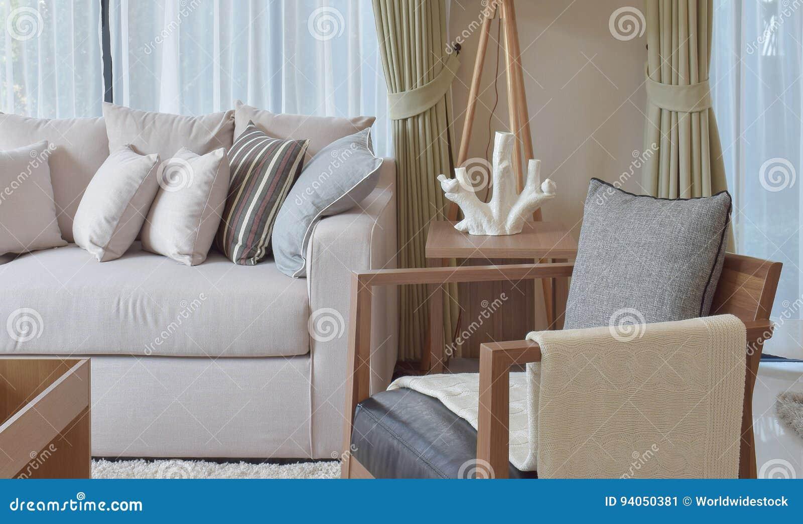 Modernes Wohnzimmer Mit Grauem Lehnsessel Und Braunem Sofa