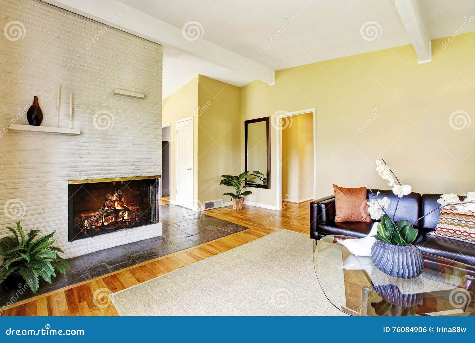 Modernes Wohnzimmer Mit Kamin- Und Glascouchtisch Stockfoto - Bild ...