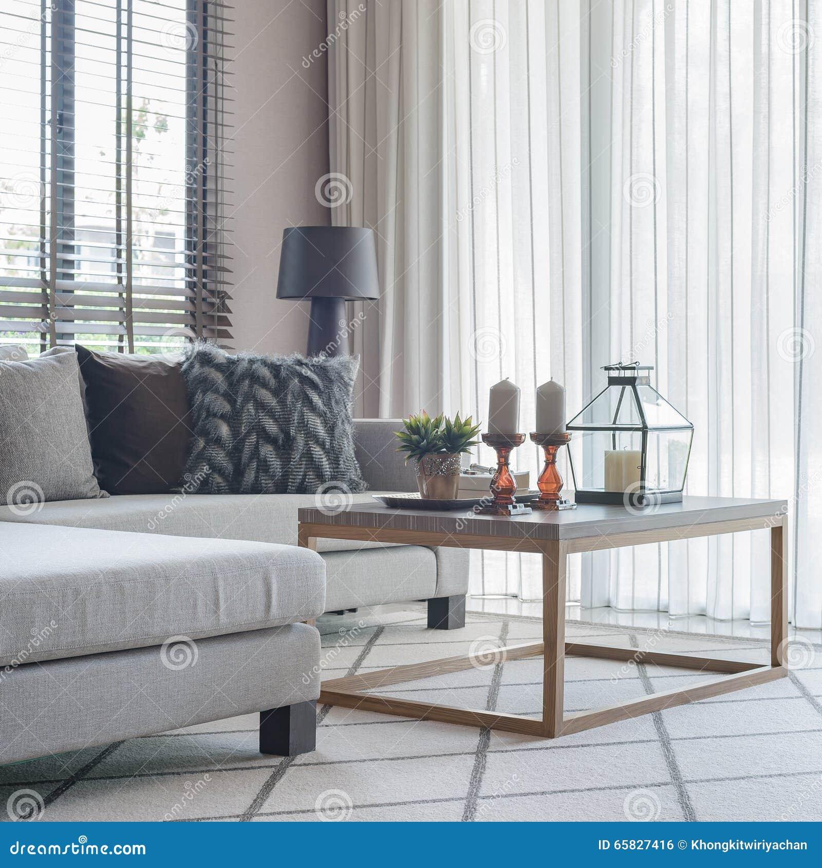 Modernes Wohnzimmer Mit Modernem Sofa Und Kissen Stockfoto ...