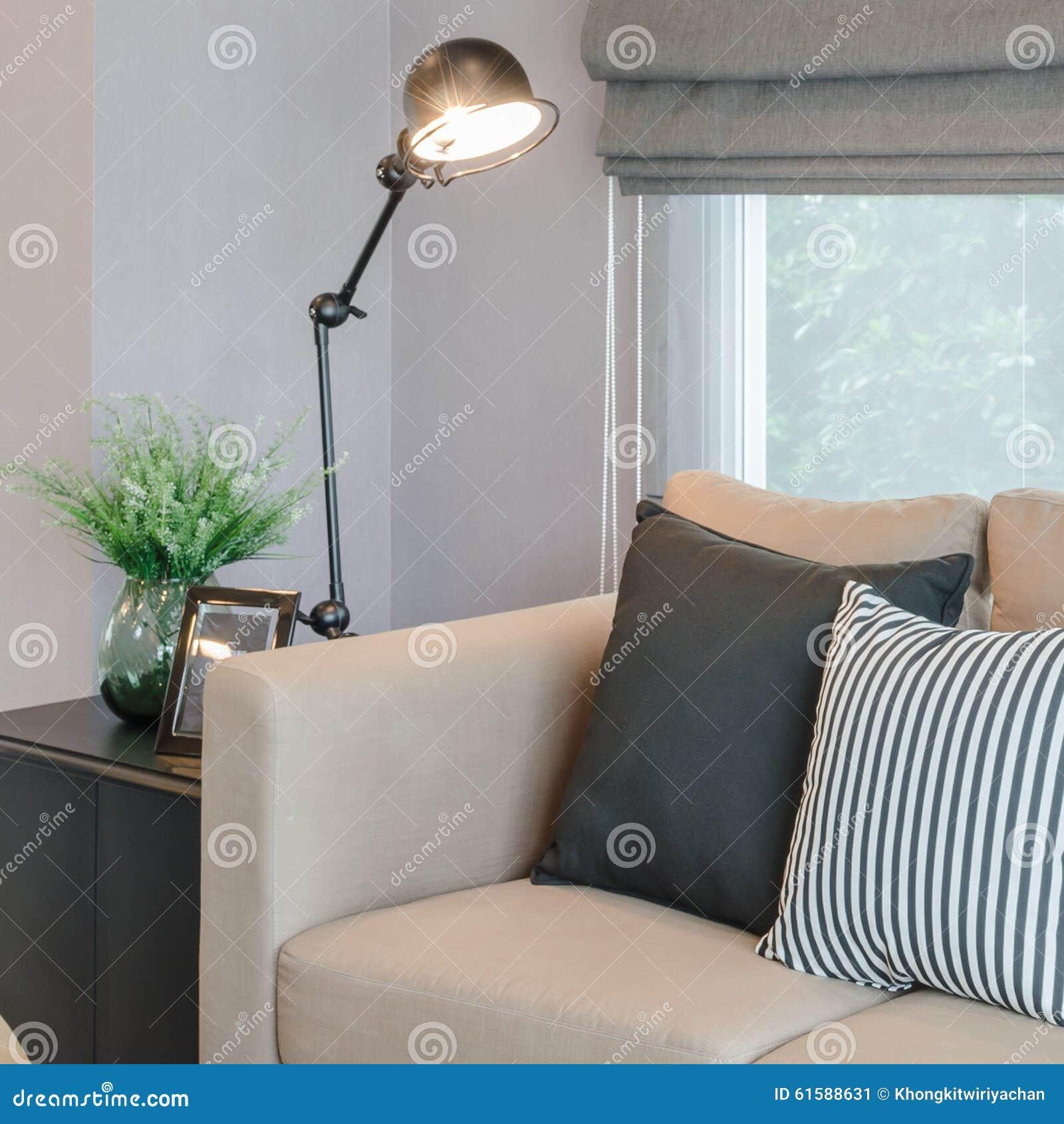 Modernes wohnzimmer mit schwarzer lampe auf tabellenseite