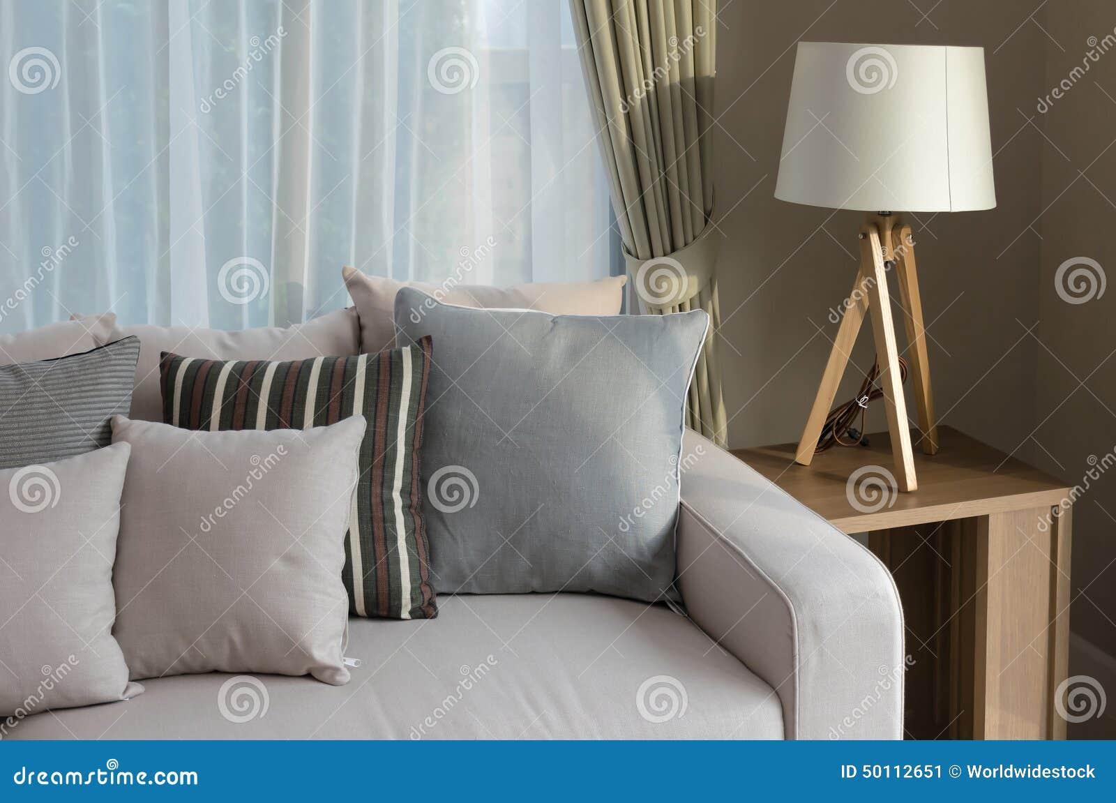 Modernes wohnzimmer mit sofa und hölzerner lampe