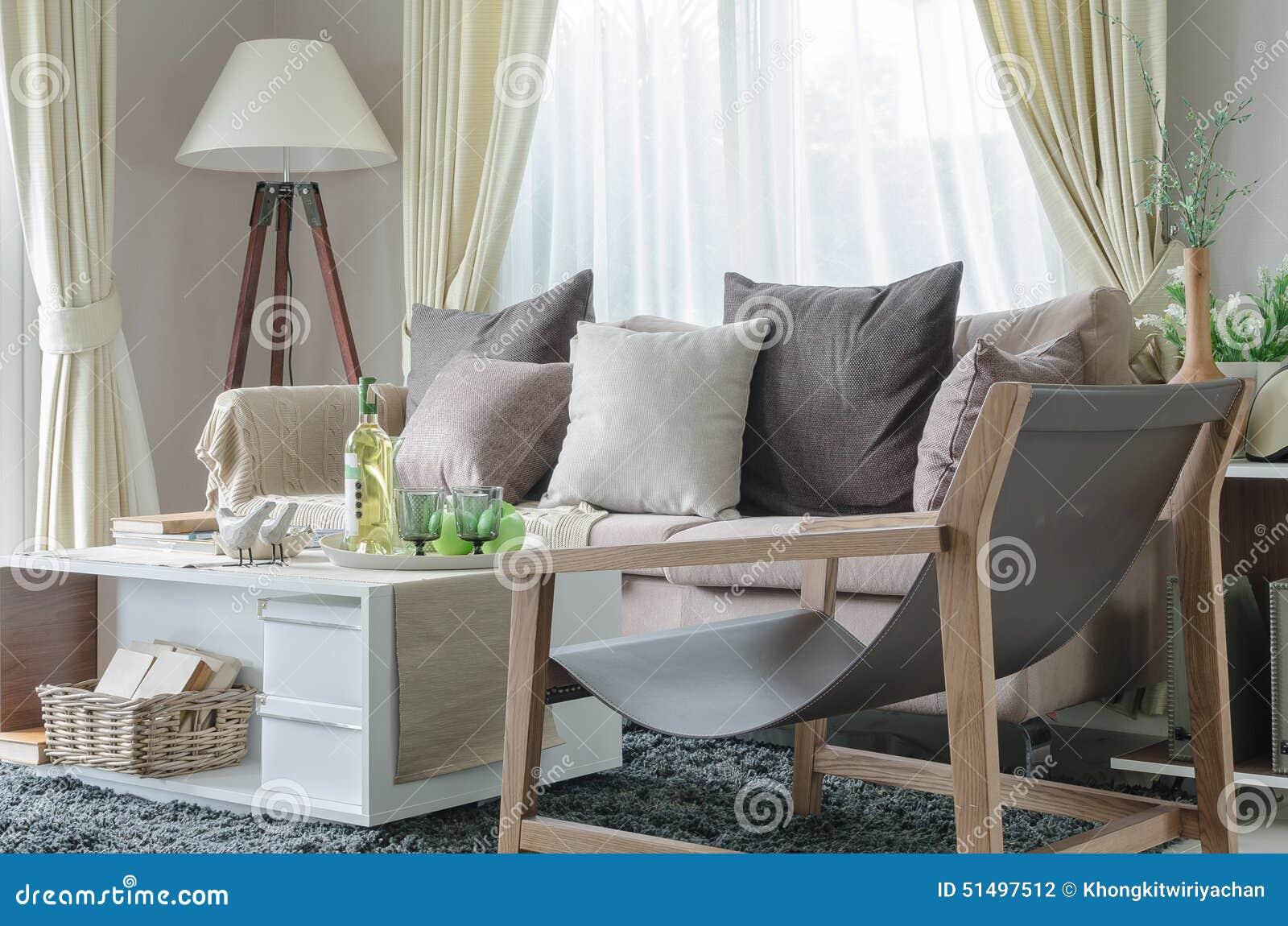 Modernes wohnzimmer mit sofa und weißer lampe