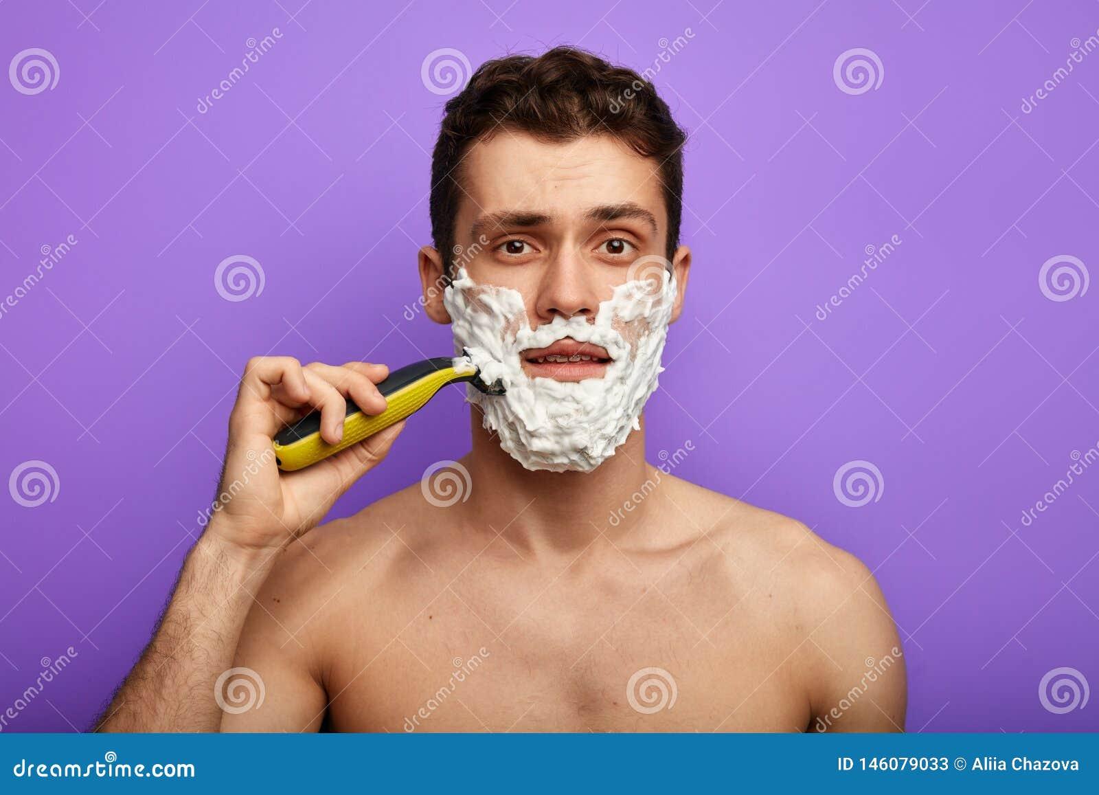 Moderno despido que barbeia com espuma