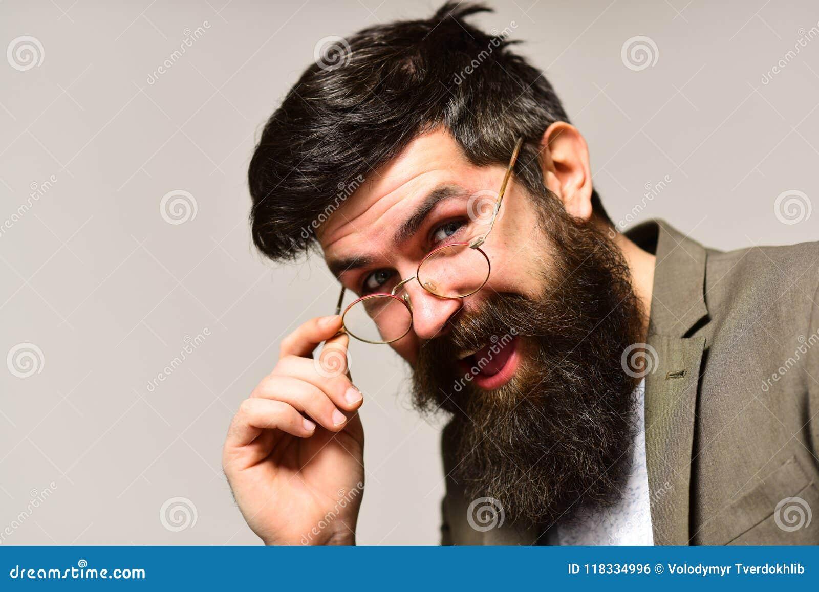 Moderno feliz com barba longa e bigode na cara não barbeado Sorriso do homem de negócios no terno Homem farpado com cabelo à moda